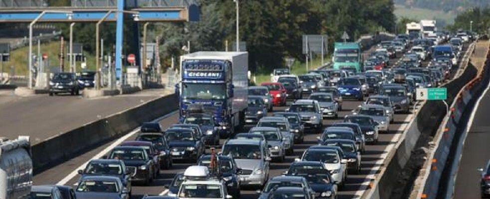 Traffico da «bollino nero»: tre ore di attesa a Reggio Calabria per l'imbarco in Sicilia