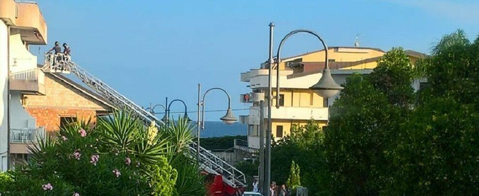 Crolla pezzo di cornicione a Caulonia Marina. Intervengono i vigili del fuoco