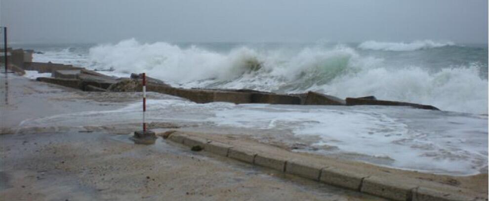 Continua il vento forte per domani in Calabria, previste anche mareggiate