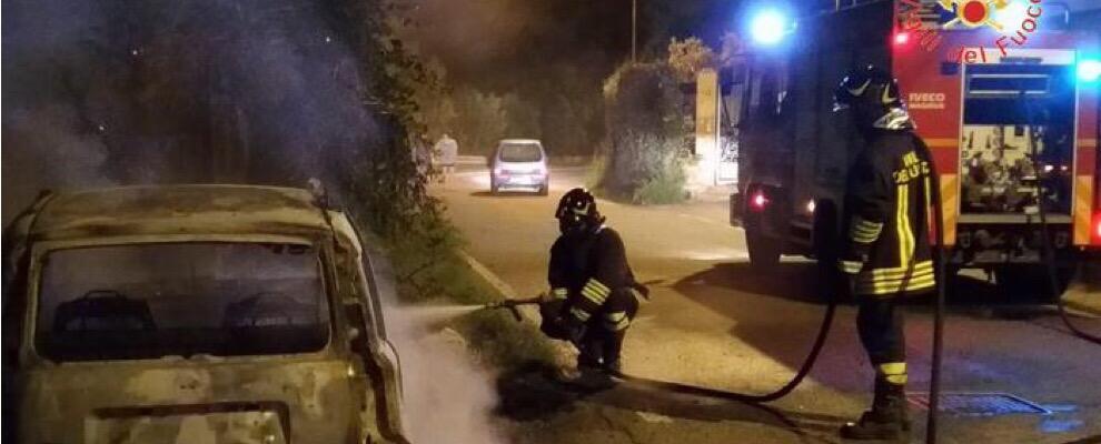 Auto distrutta da incendio, indagini in corso