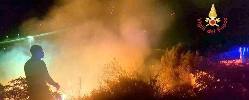 Enorme incendio lambisce il cimitero di Caulonia superiore. Fiamme indomabili