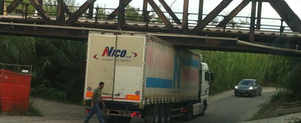 Fotonotizia: camion rimane incastrato nei pressi del ponte Allaro