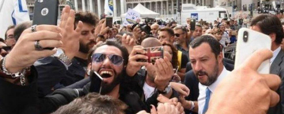 """Applausi per Salvini a Napoli, svelato il retroscena: """"Fratè, ci hanno dato 20€"""""""