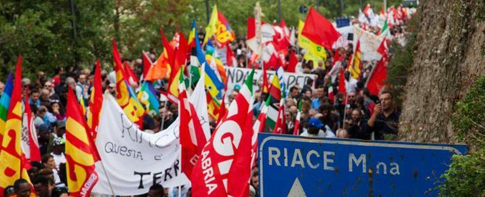 Migliaia in marcia a Riace per solidarietà al sindaco Lucano
