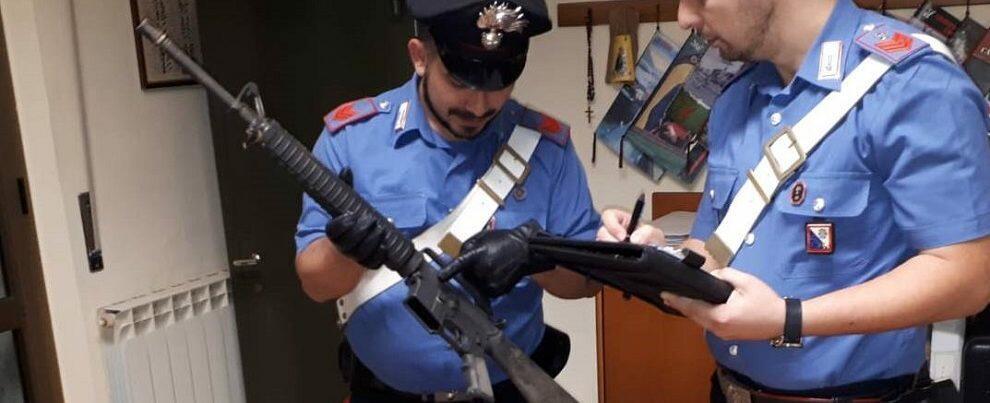 Arrestato perché sorpreso in casa con numerose armi e munizioni