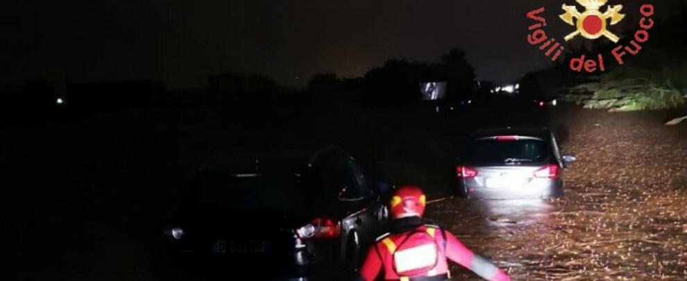 Maltempo in Calabria: morti mamma e figlio, disperso un bimbo. Crolla un ponte sulla provinciale