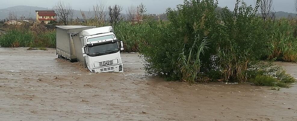 Enorme pericolo a Caulonia: Tir bloccato dall'acqua nel torrente Allaro