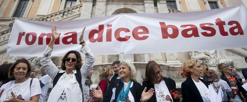 """""""Roma dice basta"""", in migliaia scendono in piazza contro il degrado a 5 stelle e la Raggi"""
