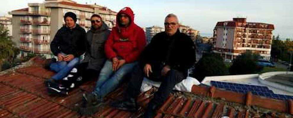 Operai licenziati: riprende la protesta sul tetto di una scuola