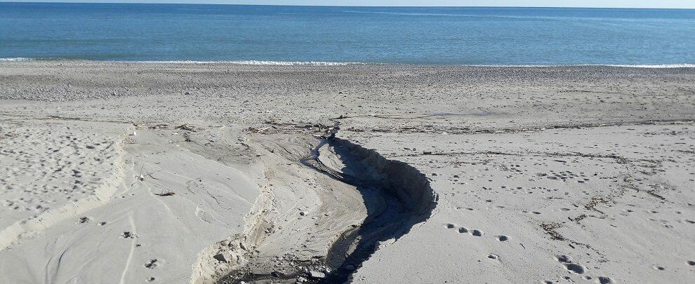 Lettore segnala scarico maleodorante sulla spiaggia di Caulonia