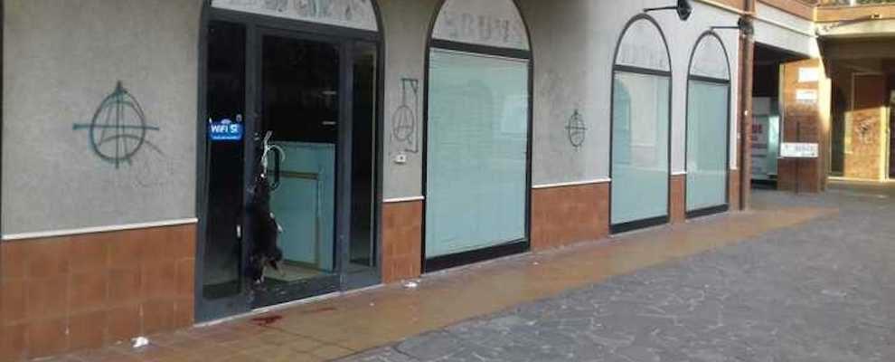 Vile atto intimidatorio nel vibonese, cane sgozzato appeso alla porta di un negozio