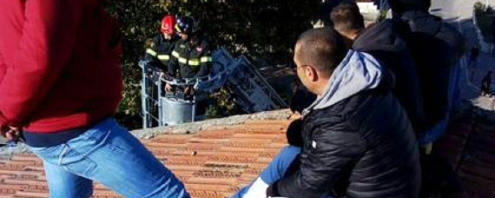 Operai licenziati minacciano di lanciarsi dal tetto di una scuola