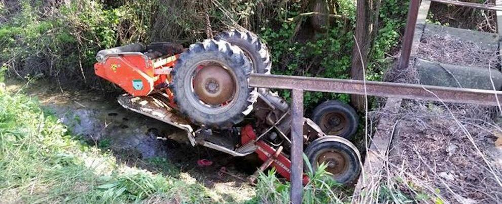 Si ribalta con il trattore, agricoltore muore sul colpo