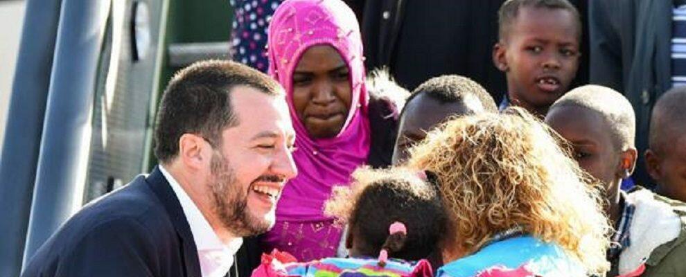 """Salvini accoglie 51 migranti del Niger: """"Porte spalancate a chi scappa dalla guerra, chiuse a chi la porta da noi"""""""