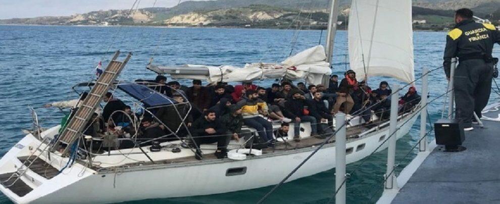 Soccorsi 61 migranti a bordo di un'imbarcazione, fermati i presunti scafisti