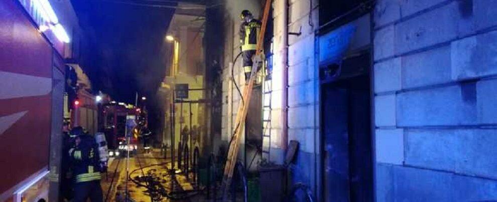 Incendio nella notte distrugge un negozio in centro a Reggio Calabria