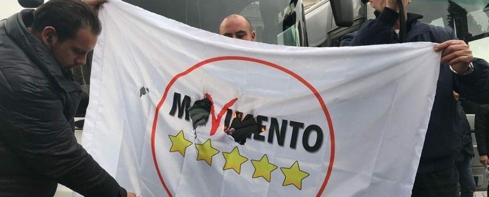 Proteste a Roma, bruciata bandiera dei 5Stelle