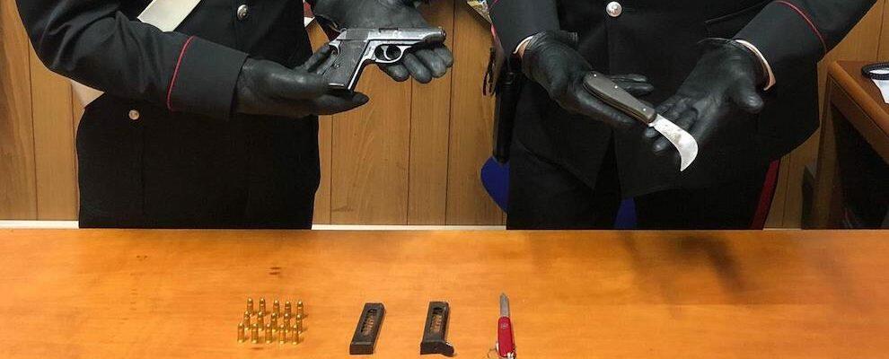 Fermato alla guida con pistola, munizioni e coltello. Scattano le manette per un pregiudicato