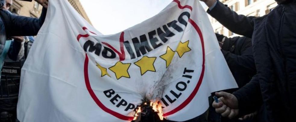 Protestano i noleggiatori con conducente in piazza, bruciate bandiere del m55