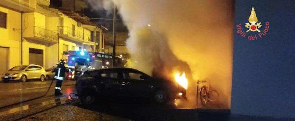 Incendio distrugge quattro auto nel catanzarese