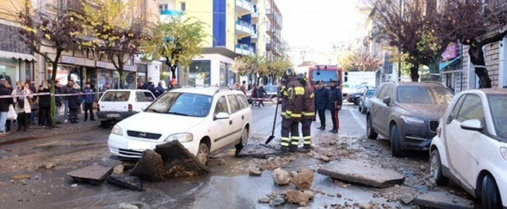 Scoppia conduttura idrica nel cosentino, auto rimane incastrata nell'asfalto