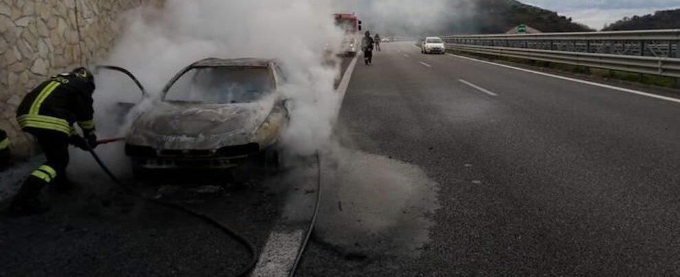 Auto in fiamme in autostrada, paura sulla A2