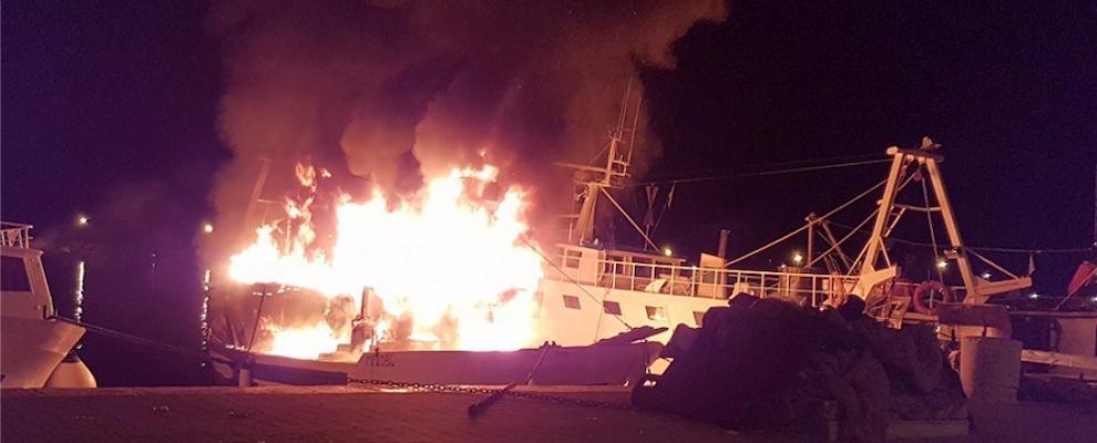 Roccella Jonica, in fiamme imbarcazione con 16 mila litri di gasolio a bordo