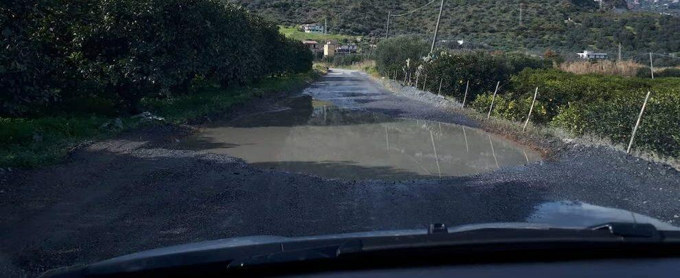 """Lettrice segnala: """"La strada di Carrubara mette a rischio la vita di ogni conducente"""""""