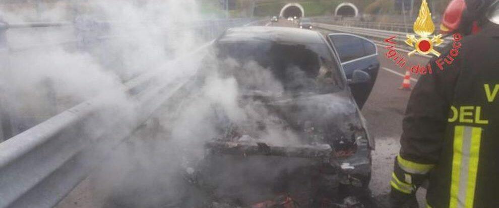 Auto in fiamme sulla S.S. 106, intervengono i vigili del fuoco