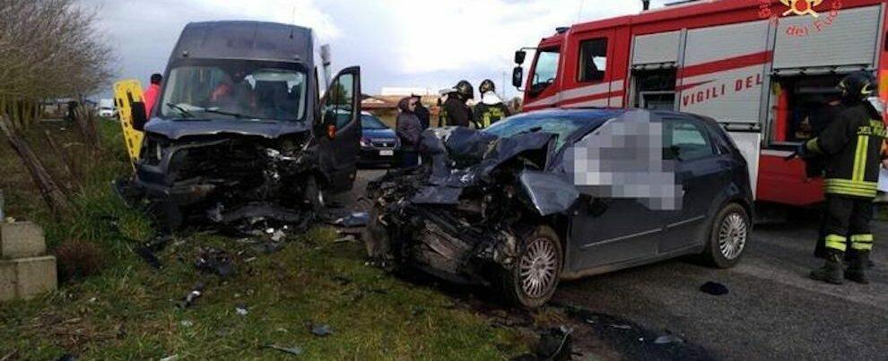 Terribile scontro tra auto e minibus, un morto