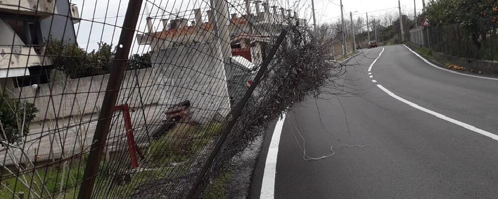 Pericolo sulla strada che dalla ss 106 porta a Focà