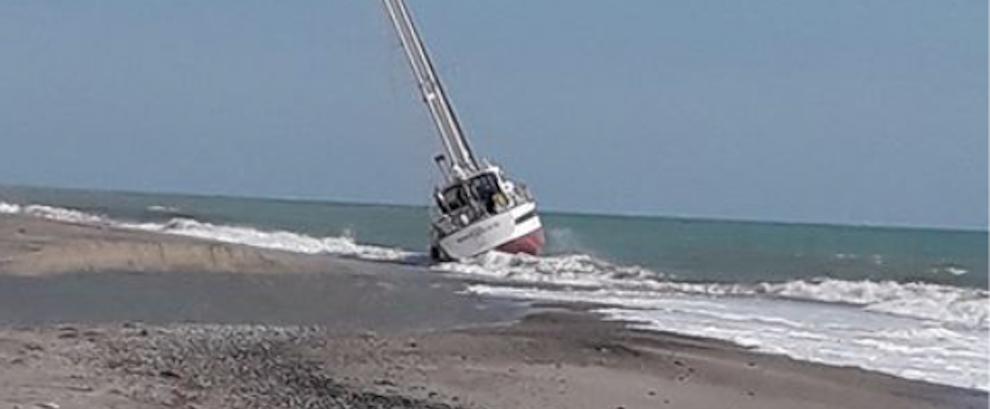 Imbarcazione arenata sulla spiaggia di Caulonia Marina