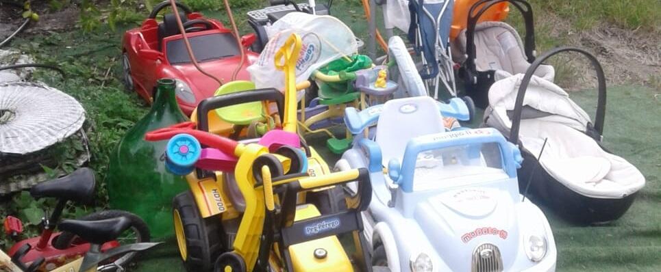 In piazza Bottari a Caulonia, Ciavula regala vestiti per bambino e giocattoli