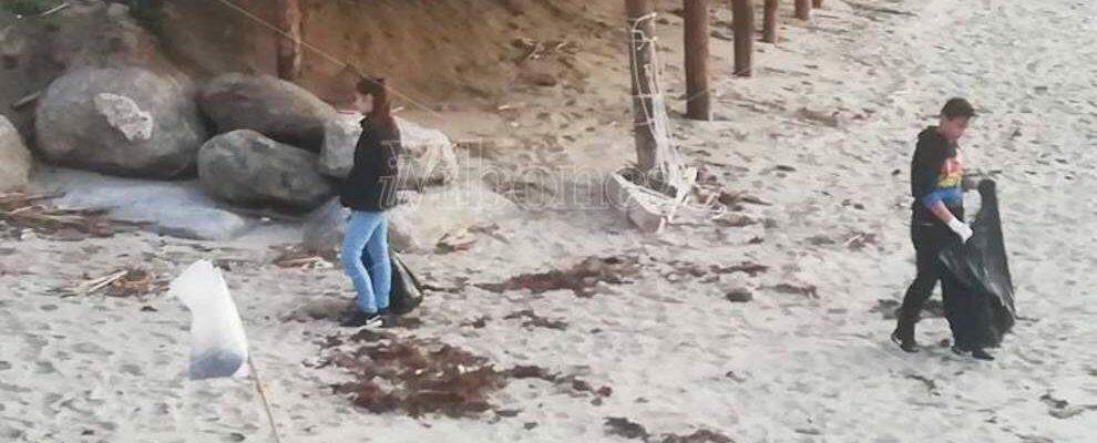 Il messaggio di Greta Thunberg arriva fino in Calabria: bambini ripuliscono la spiaggia