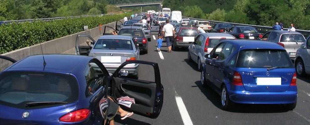 Tragico incidente sulla A2, muore un uomo investito da un camion