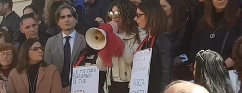 Dà fuoco a ex moglie, catena umana di solidarietà a Reggio Calabria