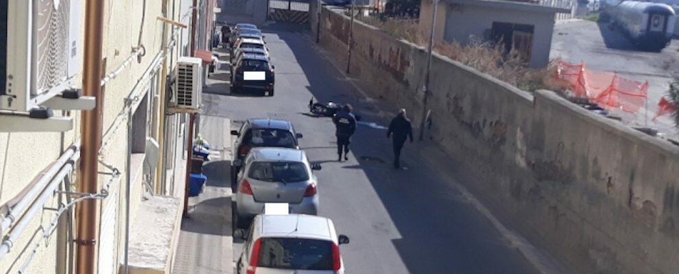 Grave incidente stradale a Reggio Calabria, motorino finisce in una buca: ragazzo trasportato d'urgenza in ospedale