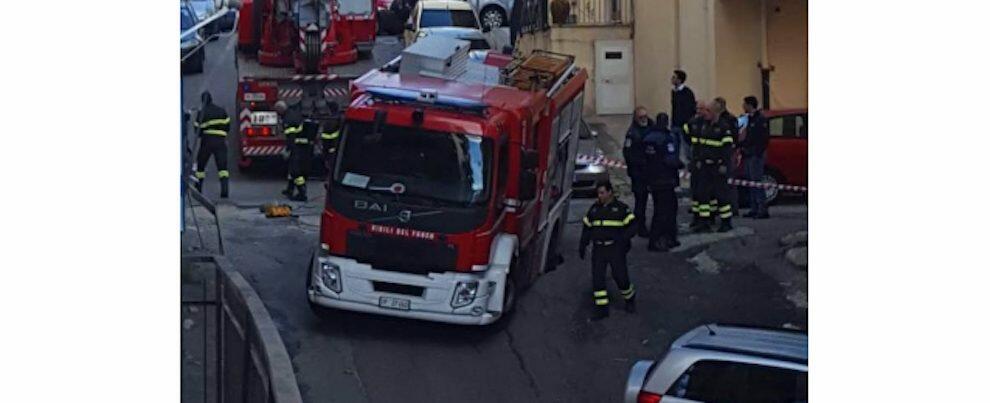 Camion dei Vigili del Fuoco sprofonda in una voragine: chiesto l'intervento di (altri) pompieri per soccorrerlo