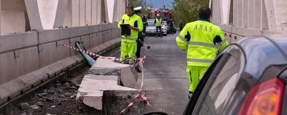 Camion urta contro un ponte sulla S.S. 106 a Badolato, crolla una trave. Traffico interrotto