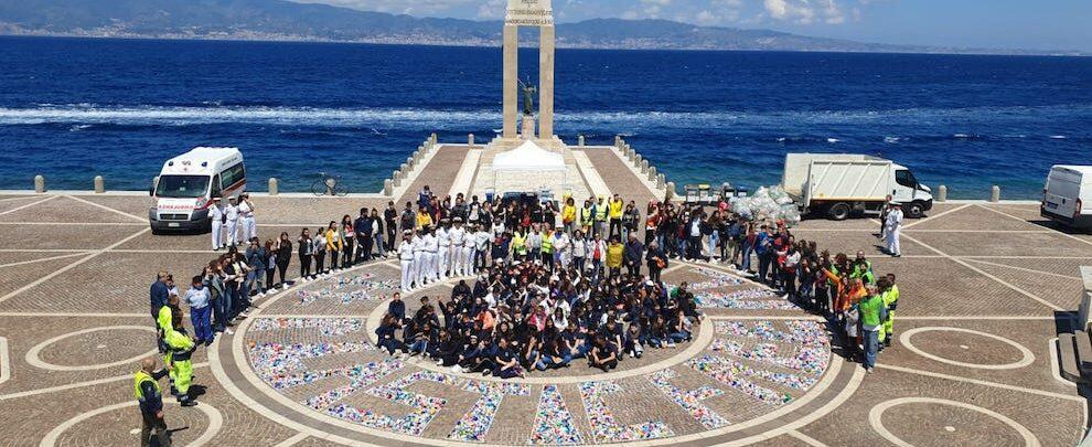 Centinaia di studenti in azione per liberare le spiagge di Reggio Calabria dalla plastica