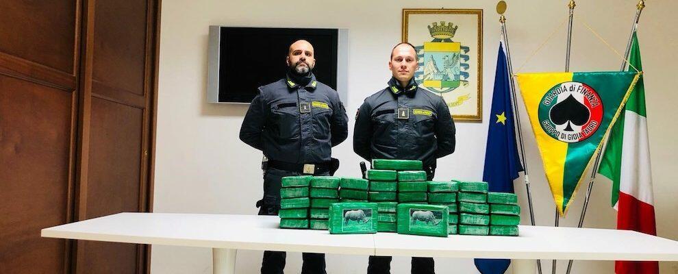 Cocaina all'interno di un carico di frutta esotica, maxi sequestro dei finanzieri al porto di Gioia Tauro