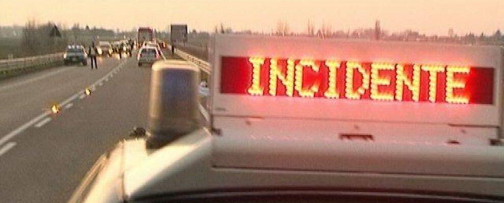 Incidente lungo la S.S. 106: auto finisce sotto un camion, soccorsa una donna incinta