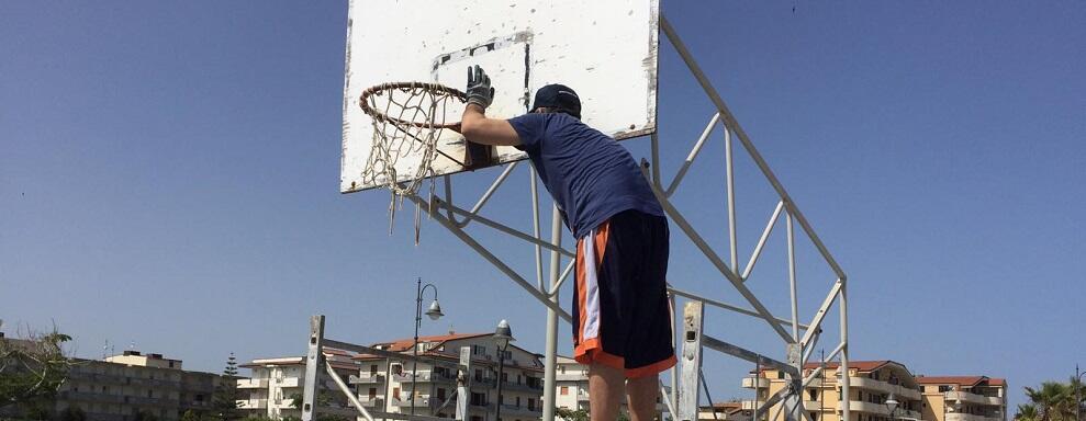 Rinasce il campo da basket del lungomare di Caulonia grazie a Guido e Nicola