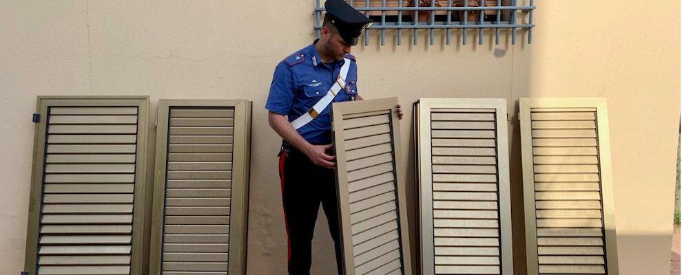Ruba infissi e tenta la fuga per sfuggire ai carabinieri: preso