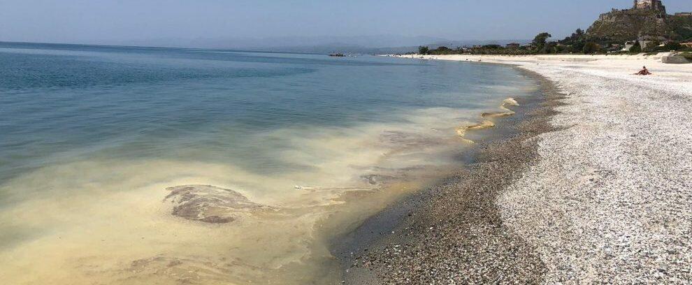 Colorazione gialla lungo la costa jonica, l'Arpacal spiega il perché