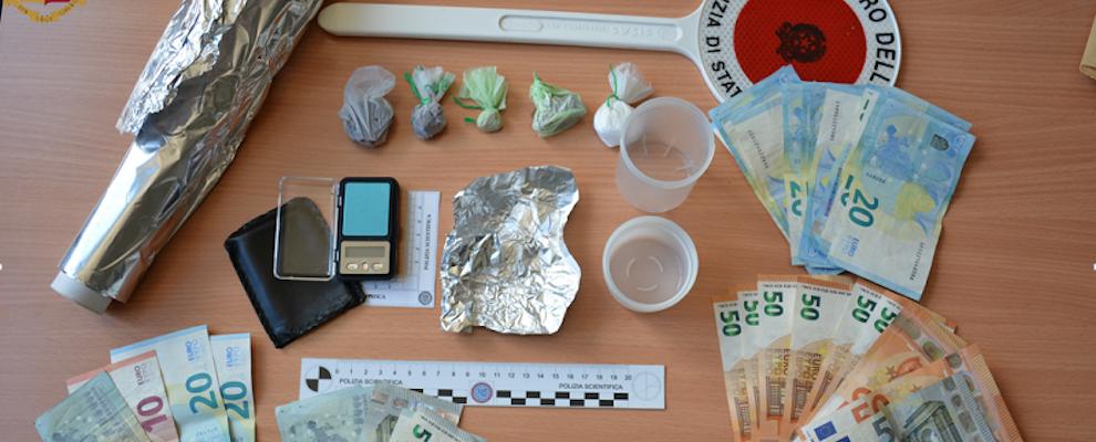 Droga, armi e soldi nascosti in casa: scattano le manette per il padre, figlia e genero