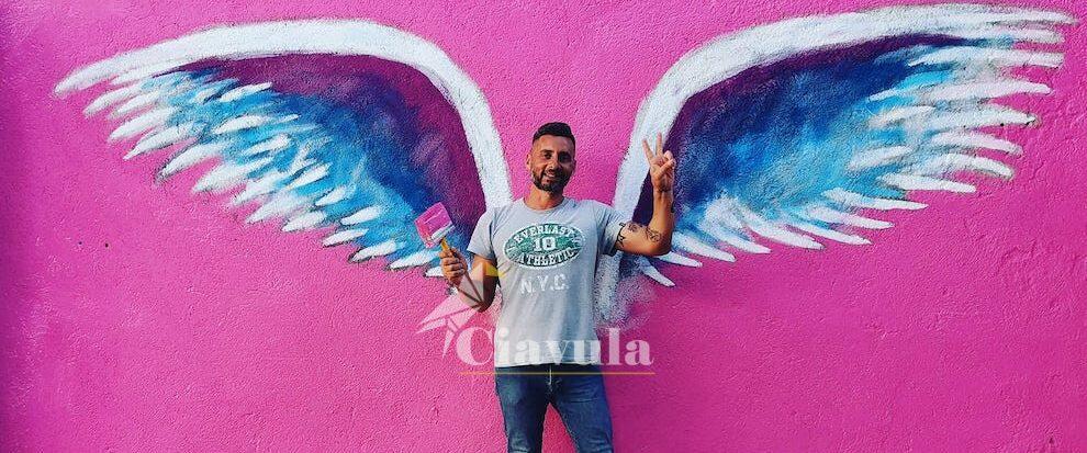 Le ali di Colette Miller in un murale nel centro storico di Martone
