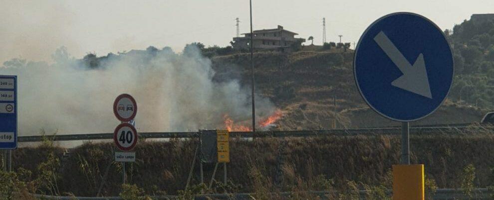 Bruciano le sterpaglie sulla SGC allo svincolo tra Gioiosa e Siderno