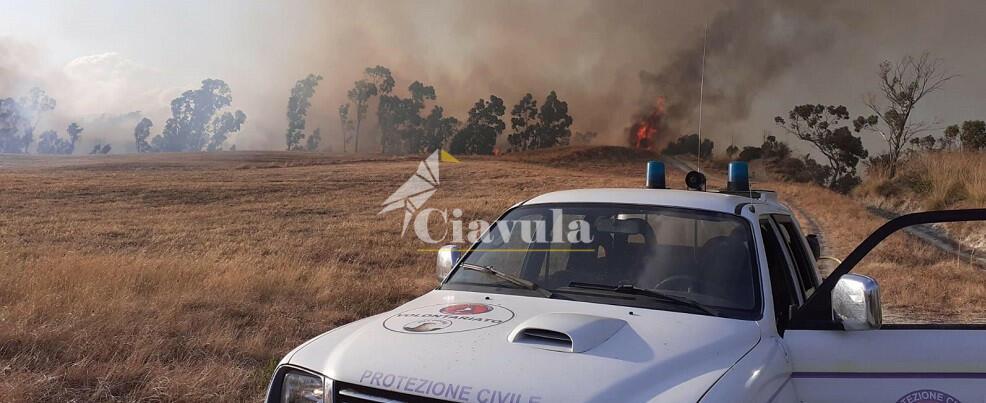 Canadair in azione a Caulonia. A Vincilago il fuoco mette in pericolo le abitazioni
