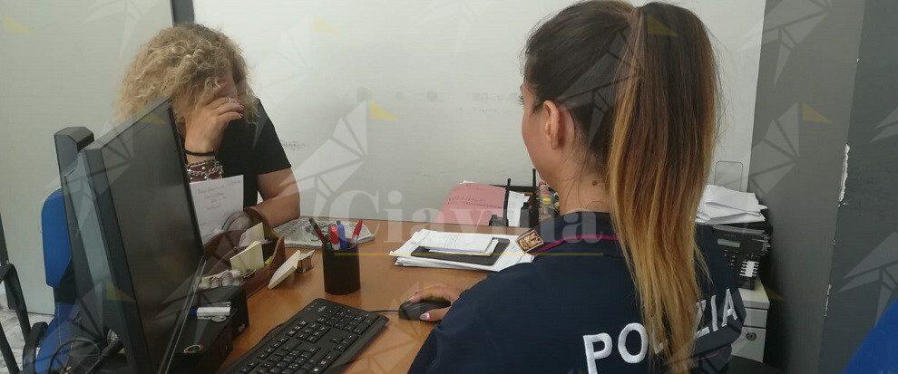 Denuncia il comportamento violento del marito alla polizia che lo arresta